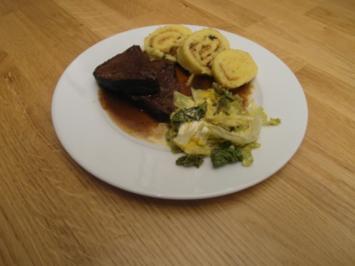 Rezept: Sauerbraten in Rotweinsoße mit Reibekuchen, dazu Orangenwirsing und Wickelklöße