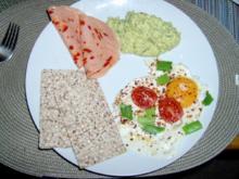 Spiegelei mit Frühlingszwiebel und Tomaten und Petersilienpesto - Rezept