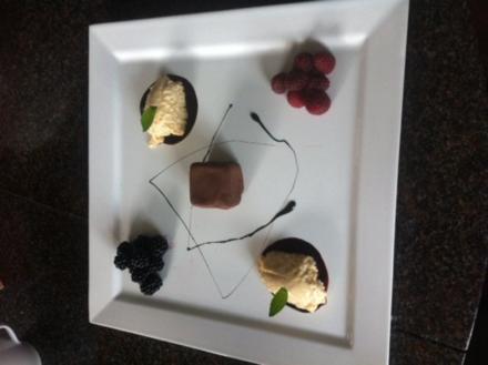 Weißer Mousse au chocolat mit Eierlikör und Beeren - Rezept