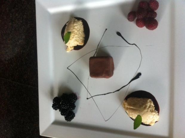 Weißer Mousse au chocolat mit Eierlikör und Beeren - Rezept - Bild Nr. 2