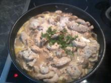 Hühnerfilet in Champignonsahnesauce mit frischen Kräutern - Rezept