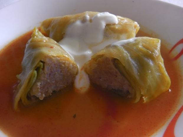 ungarische Krautrouladen / Kohlrouladen in Tomatensoße (Töltött káposzta) - Rezept