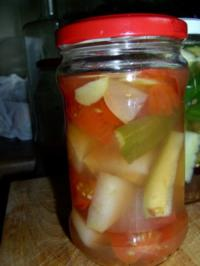 Gurkensticks, Tomaten und Äpfel-Mix in Weinessig eingelegt - Rezept