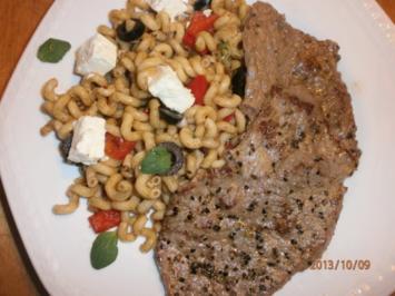 Rezept: Nudelsalat griechisch angehaucht mit Rinder-Minutensteaks vom bayerischen Jungbullen