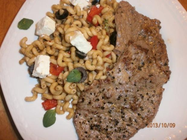 Nudelsalat griechisch angehaucht mit Rinder-Minutensteaks vom bayerischen Jungbullen - Rezept