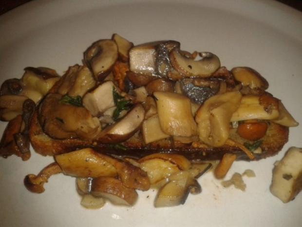 Gebratene Pilze auf geröstetem Bauernbrot - Rezept