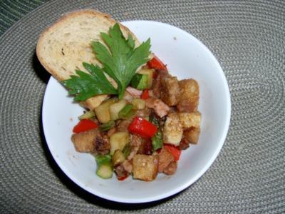 Bunter Brotsalat - mit Sellerie, Tomaten, Spargel und Schinken - Rezept