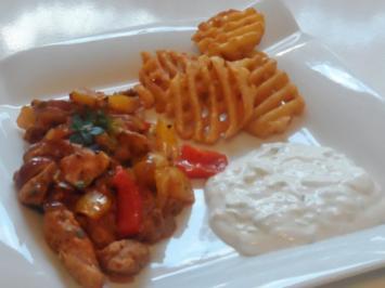Aromatische Kräuter-Hähnchen-Pfanne mit Paprika, dazu Tzatziki-Creme - Rezept