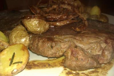 Rib Eye Steak mit Röstzwiebeln und Rosmarinkartoffeln - Rezept