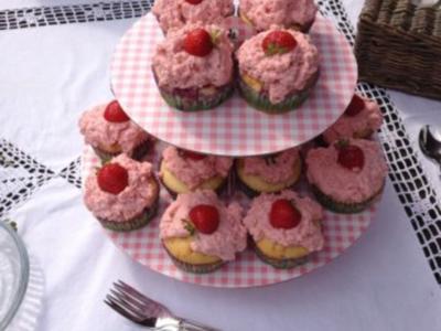 Saftige Erdbeercupcakes mit frischem Erdbeertopping - Rezept