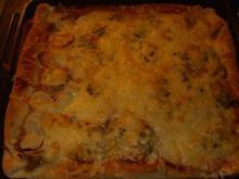 Pizza mit Tomaten-Käse Sosse, Paprikasalami und Gorgonzola - Rezept