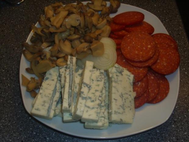 Pizza mit Tomaten-Käse Sosse, Paprikasalami und Gorgonzola - Rezept - Bild Nr. 3