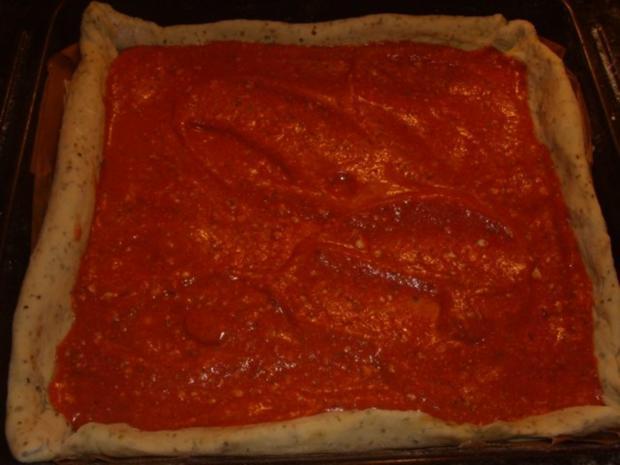 Pizza mit Tomaten-Käse Sosse, Paprikasalami und Gorgonzola - Rezept - Bild Nr. 7