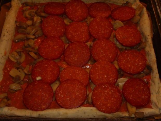 Pizza mit Tomaten-Käse Sosse, Paprikasalami und Gorgonzola - Rezept - Bild Nr. 8