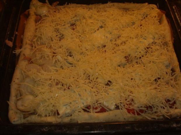 Pizza mit Tomaten-Käse Sosse, Paprikasalami und Gorgonzola - Rezept - Bild Nr. 10