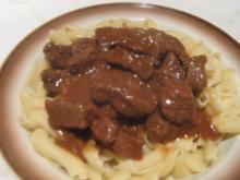 Gulasch mit Nudeln - ungarische Küche - Rezept