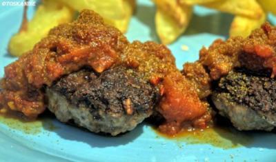 Bouletten mit Currysauce und Pommes Frites - Rezept