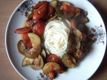 Rezept: Zucchini - Tomaten - Zwiebel - Gemüse mit Reisnudeln