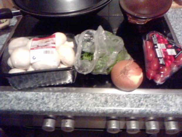 SALAT MIT 5 KOSTBARKEITEN  Tomaten-Rucoola-Zwiebel-Knofi-Champi-Salat - Rezept - Bild Nr. 2