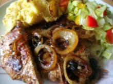 Steaks mit Zwiebelringen und herzhaften Kartoffelbrei - Rezept