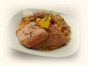 Gebratene Lachsforelle mit fruchtigem Gemüse und Kartoffel-Filoteig-Päckchen - Rezept
