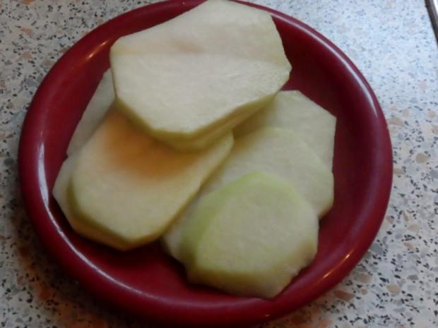 Knusprige Kohlrabischnitzel mit Apfel-Joghurt-Dip, Gurken-Birnen-Salat und Kartoffelpüree - Rezept - Bild Nr. 2