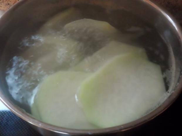 Knusprige Kohlrabischnitzel mit Apfel-Joghurt-Dip, Gurken-Birnen-Salat und Kartoffelpüree - Rezept - Bild Nr. 3