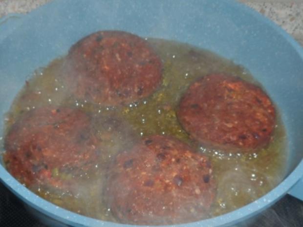 Mediterran gefüllte XL-Frikadellen mit Peperoni, Tomaten und Feta - Rezept - Bild Nr. 14