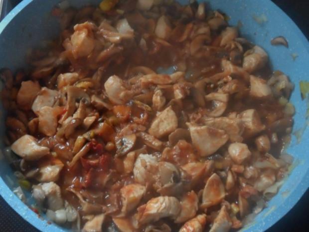 Hähnchen-Nudel-Auflauf mit Champignons, Broccoli und Tomaten-Sahne-Soße - Rezept - Bild Nr. 7