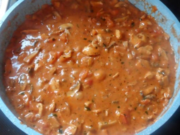 Hähnchen-Nudel-Auflauf mit Champignons, Broccoli und Tomaten-Sahne-Soße - Rezept - Bild Nr. 10