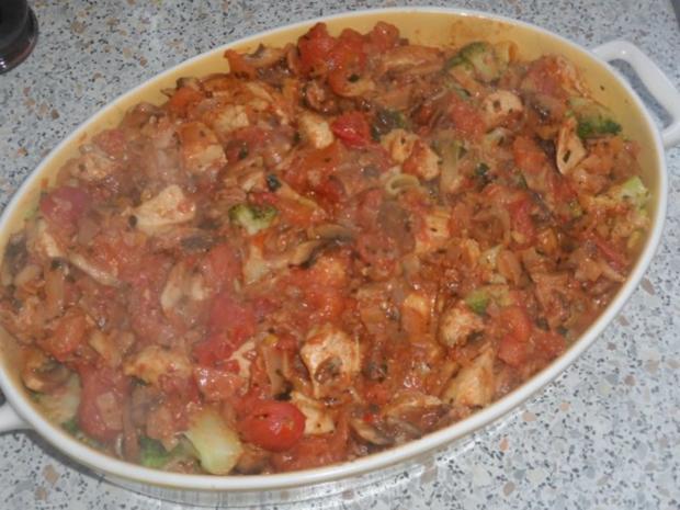 Hähnchen-Nudel-Auflauf mit Champignons, Broccoli und Tomaten-Sahne-Soße - Rezept - Bild Nr. 12