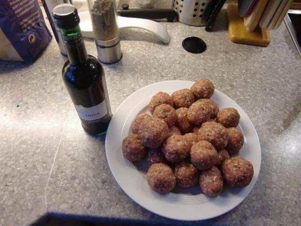 Rinderhackbällchen in einer Rotweinsoße - Rezept - Bild Nr. 3