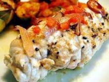 gefüllte Hähnchenbrust mit Schafskäse auf Zucchinisalat dazu Kartoffelauflauf mit Pilzen - Rezept
