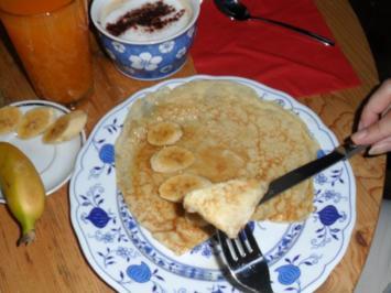 Pfannkuchen: Zimt-Cocos-Pfannkuchen mit Mini-Bananenstückchen und Ahornsirup - Rezept