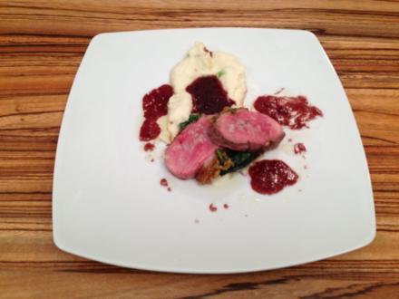 Entenbrust mit Honig-Kräuter-Kruste auf Baby-Spinat an Selleriecréme - Rezept