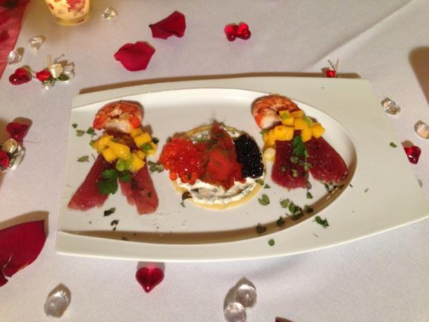 St. Petersburger Kaviar-Pfannkuchen mit Wildlachs und Thunfischcarpaccio dazu Mangosalat - Rezept
