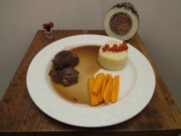 Kalbsbäckchen mit Balsamicozwiebeln, dazu Gemüse der Saison und Kartoffel-Sellerie-Stampf - Rezept
