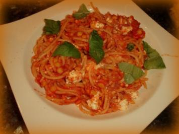 Pasta mit Linsen-Feta-Tomaten-Soße - Rezept