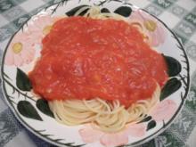 Vegan : Tomatensoße mit Kokosöl-Zwiebeln auf Spaghetti - Rezept