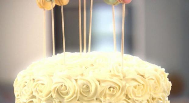 Regenbogen-Rosentorte mit Macaron-Lollies (Nadine Perera) - Rezept