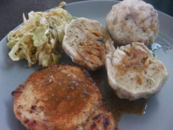 Sonntagskoteletts mit Semmelknödel und warmen Krautsalat - Rezept