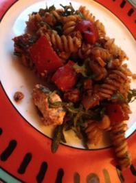 Nudelsalat mit Kürbis,geröstetem Mais und karamellisierter Paprika - Rezept