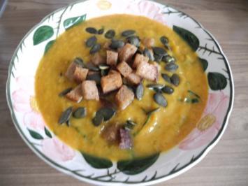 Vegan : Kürbis - Suppe mit Kokos-Brotwürfelchen und Kürbiskernen - Rezept