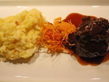 Ochsenbäckchen mit getrüffeltem Kartoffel-Sellerie-Stampf und Karottenstroh - Rezept