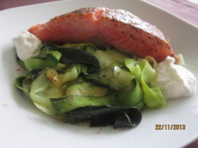 Lachs im Zucchinibett  mit einem Sahne-Meerrettich -Dip - Rezept