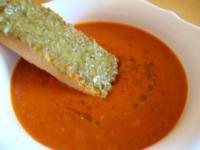 schnelle heiße Tomaten - Grapefruit Suppe mit Pesto Schnitte - Rezept