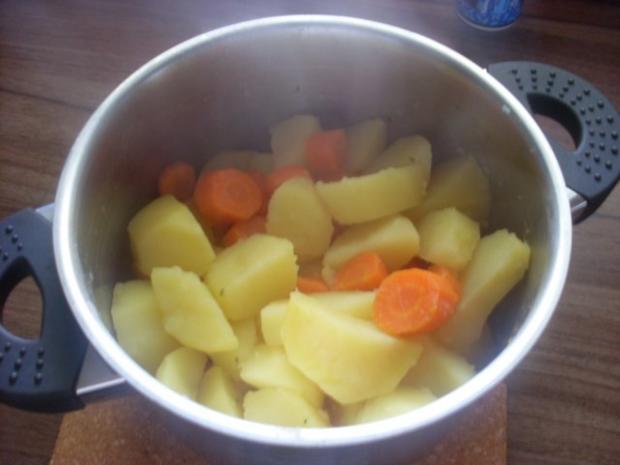 Pikant gefüllte Schweine-Roulade mit Kartoffel-Karotten-Stampf und Rahmgemüse - Rezept - Bild Nr. 18