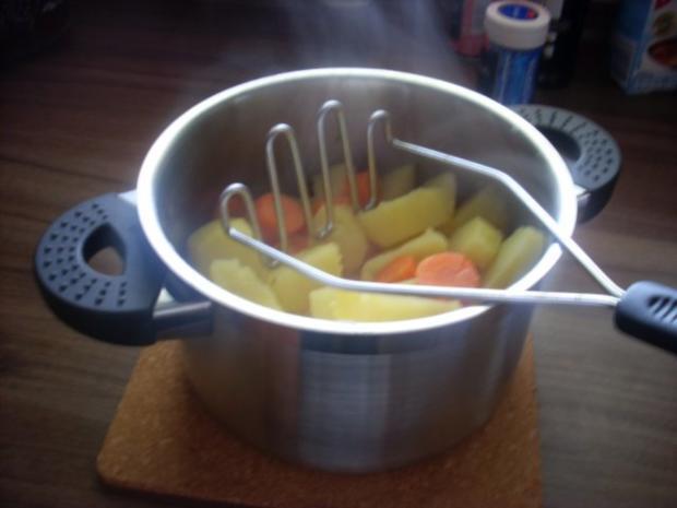 Pikant gefüllte Schweine-Roulade mit Kartoffel-Karotten-Stampf und Rahmgemüse - Rezept - Bild Nr. 19