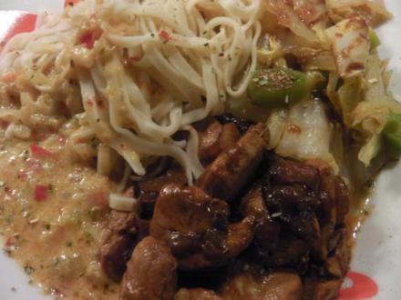 """Asia: Hühnchen in """"Thai Red Sauce"""" mit Chinakohl-Bratgemüse - Rezept"""