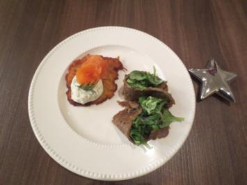 Buchweizenpfannkuchen mit Feldsalat & Reibeplätzchen mit geräuchertem Lachs an Dilltoping - Rezept
